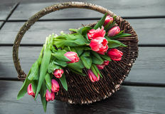 Bukiet tulipany w koszu na drewnianym tle Zdjęcia Stock