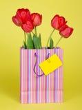 Bukiet tulipany w prezenta pakunku fotografia stock