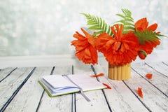 Bukiet w bambusowej wazie z czerwonymi maczkami i paproć liśćmi Zdjęcia Royalty Free