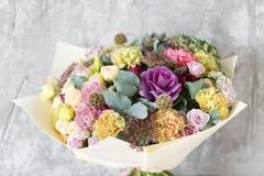 Bukiet w Foamiran papierze Prosty bukiet kwiaty i zielenie Obraz Stock