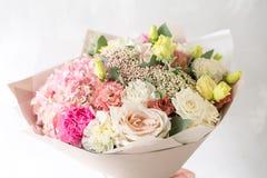 Bukiet w Foamiran papierze Prosty bukiet kwiaty i zielenie Obrazy Stock