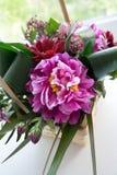 Bukiet w wattled koszu z piękną lilą peonią fotografia stock