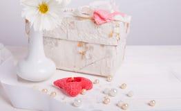 Bukiet wildflowers biały cosmea w białej wazie lub kosmos, prezent, czerwona świeczka w formie serca 2007 pozdrowienia karty szcz Obraz Royalty Free