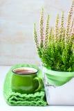 Bukiet wrzos, herbaciany kubek i trykotowy szalik, Fotografia Royalty Free