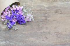Bukiet wysuszeni dzicy kwiaty na drewno stole Obraz Stock