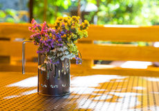 Bukiet wysuszeni kwiaty w filiżance obraz stock
