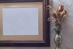 Bukiet wysuszone róże obok pustego brezentowego obrazka Obrazy Royalty Free