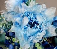Bukiet z błękitnymi ampuła kwiatami i zamykającymi pączkami sztuczny przepływ obraz stock