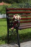 Bukiet z różami na ławce w parku obrazy royalty free