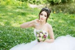 bukieta panny młodej smokingowy biel Poślubiać, plenerowy Obrazy Royalty Free
