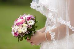 bukieta ręki panny młodej fornala ręki Zdjęcia Royalty Free