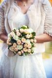 bukieta ręki panny młodej fornala ręki Panny młodej ` s Piękny biali kwiaty i greenery, dekorujący z jedwabniczym faborkiem, kłam zdjęcie stock