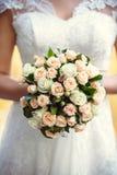bukieta ręki panny młodej fornala ręki Panny młodej ` s Piękny biali kwiaty i greenery, dekorujący z jedwabniczym faborkiem, kłam zdjęcia stock