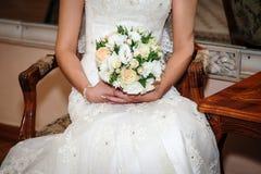 bukieta ręki panny młodej fornala ręki Panny młodej ` s Piękny biali kwiaty i greenery, dekorujący z jedwabniczym faborkiem, kłam obraz royalty free