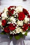 bukieta ręki panny młodej fornala ręki Panny młodej ` s Piękny biali kwiaty i greenery, dekorujący z jedwabniczym faborkiem, kłam obrazy royalty free