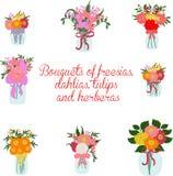 Bukiety frezja, dalie, tulipany, herbera, leluja w słojach z łękami Zdjęcie Stock