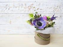 Bukiety menchii i fiołka kwiaty w pudełku na woden backgr Zdjęcie Stock