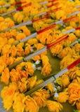Bukiety pomarańczowi sztuczni kwiaty kłamają w rzędach Zdjęcia Royalty Free
