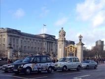 Bukingham宫殿和门看法在伦敦 免版税图库摄影
