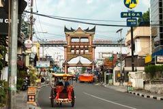 Bukittinggi Indonesien - Augusti 23, 20015 - fotbro över den huvudsakliga gatan av staden Royaltyfri Foto
