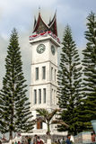 Bukittinggi Indonesien - Augusti 23, 20015 - sitt fast Gadang, den stora klockan som står högväxt Royaltyfri Fotografi