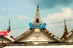 Bukittinggi Indonesien - traditionella pointy tak sitter fast nästan Gadang fotografering för bildbyråer