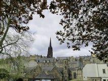 Bukoliczny miasto krajobraz wśród drzew Zdjęcia Royalty Free