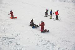 Bukovel,乌克兰,喀尔巴汗- 2015年12月17日:教雪板运动艺术的老练的老师 库存图片