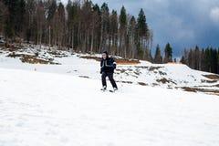 BUKOVEL,乌克兰, 2017年3月06日:训练倾斜的挡雪板在Bukovel 库存图片