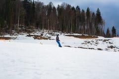 BUKOVEL,乌克兰, 2017年3月06日:训练倾斜的挡雪板在Bukovel 免版税库存图片