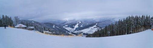 BUKOVEL,乌克兰- 2018年12月26日Bukovel滑雪场,乌克兰 从上面的美好的全景 库存图片