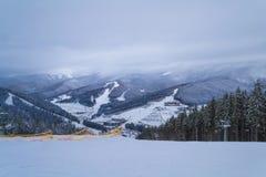 BUKOVEL,乌克兰- 2018年12月26日Bukovel滑雪场,乌克兰 山顶视图 库存照片