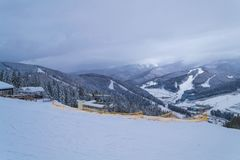 BUKOVEL,乌克兰- 2018年12月26日Bukovel滑雪场,乌克兰 山顶视图 免版税库存图片
