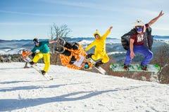Bukovel, Ucrânia - 22 de dezembro de 2016: Pensionistas dos homens que saltam em seu snowboard contra o contexto das montanhas, m Fotos de Stock