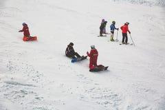 Bukovel, Ucraina, Carpathians - 17 dicembre 2015: Insegnanti con esperienza che insegnano all'arte dello snowboard immagine stock