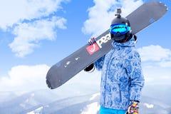 BUKOVEL, UCRAINA - 12 marzo 2017 uomo nella tenuta di usura dello snowboard Fotografie Stock Libere da Diritti