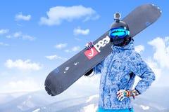 BUKOVEL, UCRAINA - 12 marzo 2017 uomo nella tenuta di usura dello snowboard Fotografie Stock