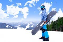 BUKOVEL, UCRAINA - 12 marzo 2017 uomo nella tenuta di usura dello snowboard Immagine Stock