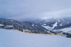 BUKOVEL, UCRANIA - 26 DE DICIEMBRE DE 2018 estación de esquí de Bukovel, Ucrania Visión desde la tapa de la montaña imágenes de archivo libres de regalías