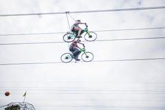 Bukovel Ucrania, el 13 de septiembre de 2018 Gente que monta en la bicicleta en cuerdas por el aire Concepto de extremo fotografía de archivo