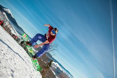 Bukovel Ukraina, Grudzień, - 22, 2016: Obsługuje internu doskakiwanie na jego snowboard przeciw tłu góry, wzgórza i Fotografia Stock