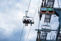 BUKOVEL UKRAINA, mars 06, 2017: skidåkare och snowboarders som lyfter på skidlift Royaltyfri Fotografi