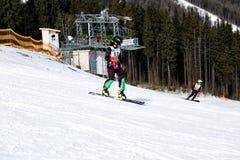 BUKOVEL UKRAINA, mars 04, 2017: snowboarder på en utbildningslutning i Bukovel Arkivbild