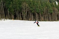 BUKOVEL UKRAINA, mars 04, 2017: snowboarder på en utbildningslutning i Bukovel Royaltyfri Bild