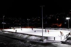 BUKOVEL, UKRAINA, Marzec 06, 2017: gracz w hokeja sztuki hokej na lodowym lodowisku Zdjęcie Stock