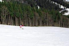 BUKOVEL, UKRAINA, Marzec 04, 2017: snowboarder na stażowym skłonie w Bukovel Obraz Royalty Free