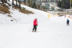 BUKOVEL, UKRAINA, Marzec 04, 2017: snowboarder na stażowym skłonie w Bukovel Zdjęcia Royalty Free