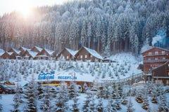 Bukovel, Ukraine - 22. Dezember 2016: Die Holzhäuser im ukrainischen Erholungsort Bukovel Winterlandschaft UKRAINE März Lizenzfreies Stockfoto