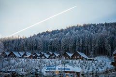 Bukovel, Ukraine - 22. Dezember 2016: Die Holzhäuser im ukrainischen Erholungsort Bukovel Winterlandschaft UKRAINE März Lizenzfreie Stockbilder