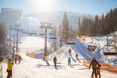 Bukovel, Ukraine - 22. Dezember 2016: Skifahrer auf dem Skiaufzug, der oben am Skiort reitet Stockfotos